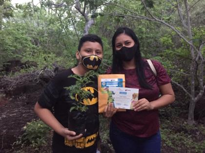 Young Galapagenians collecting their adopted plant and project certificate © Hacienda Tranquila (HTSA)